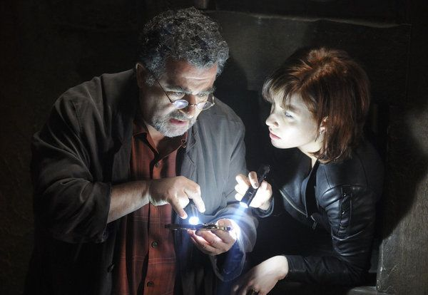Warehouse 13 - Saul Rubinek as Artie Nielsen, Allison Scagliotti as Claudia Donovan 