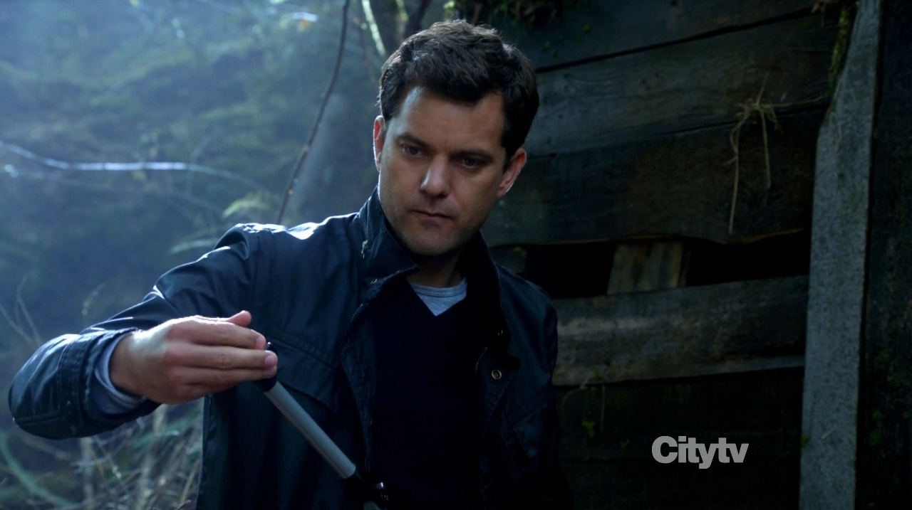 Joshua Jackson as Peter Bishop eating an apple - Fringe The Recordist review