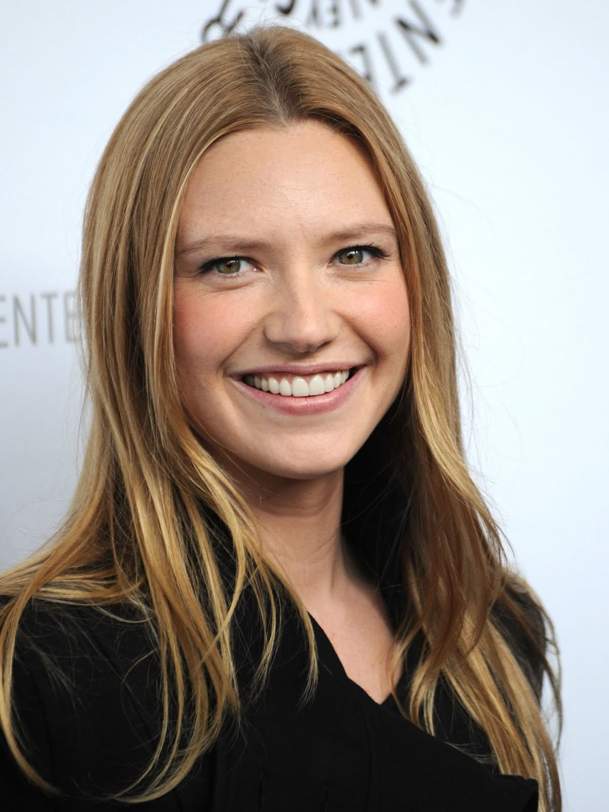 Keanu Reeves and Roland Emmerich produce New Angeles - Anna Torv in Minority Report TV
