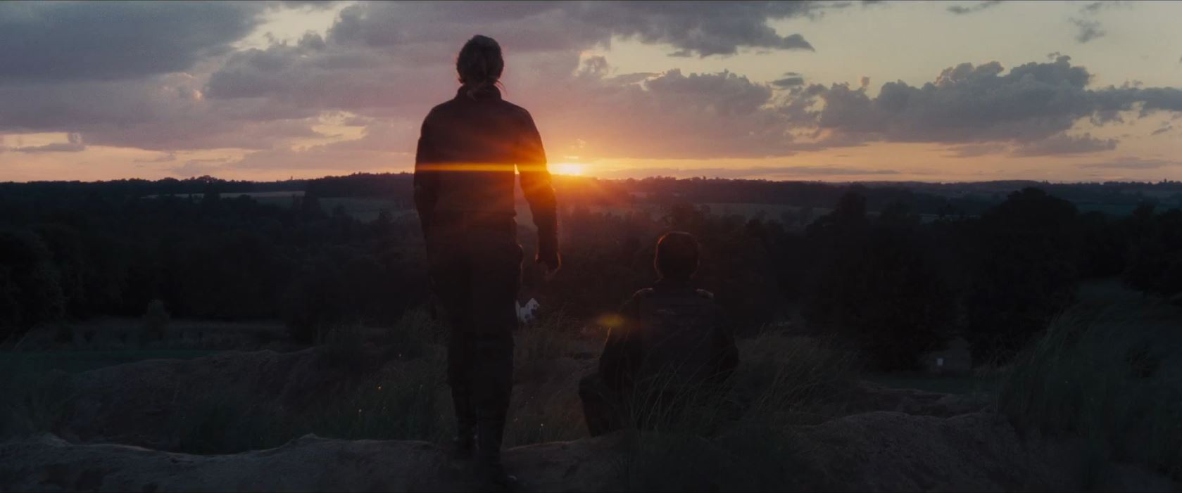 Edge of Tomorrow - Tom Cruise and Emily Blunt see sunset