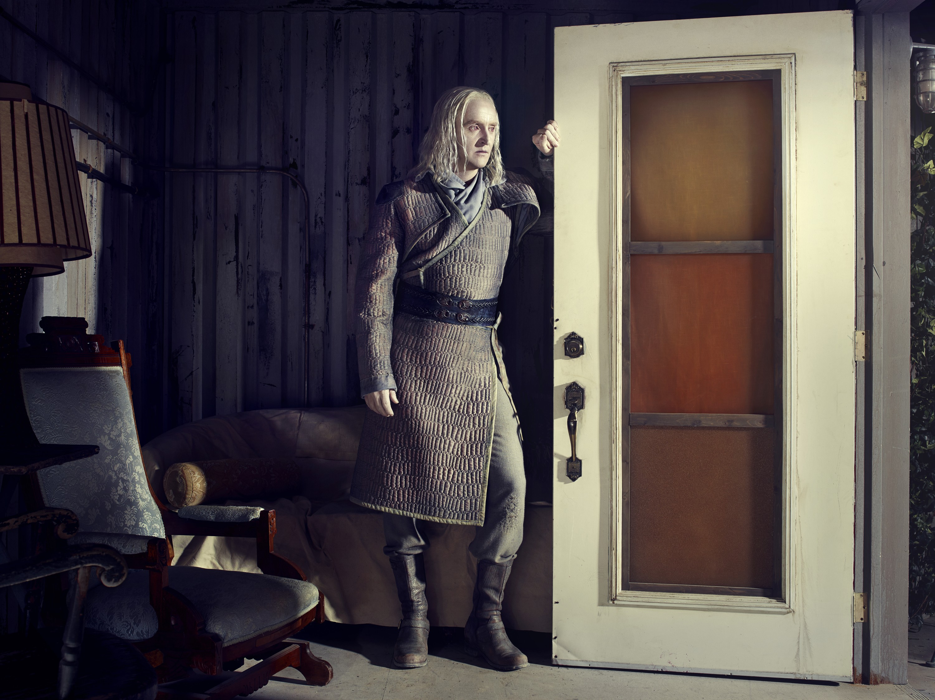 Defiance season 2 - Tony Curran as Datak Tarr standing
