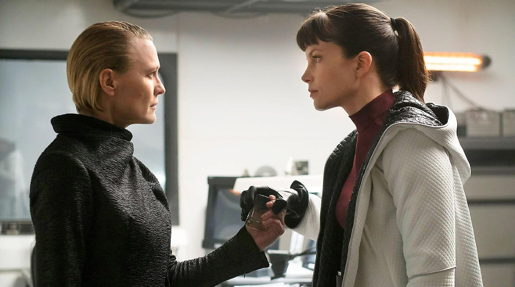 Sylvia Hoeks and robin Wright in Blade Runner 2049