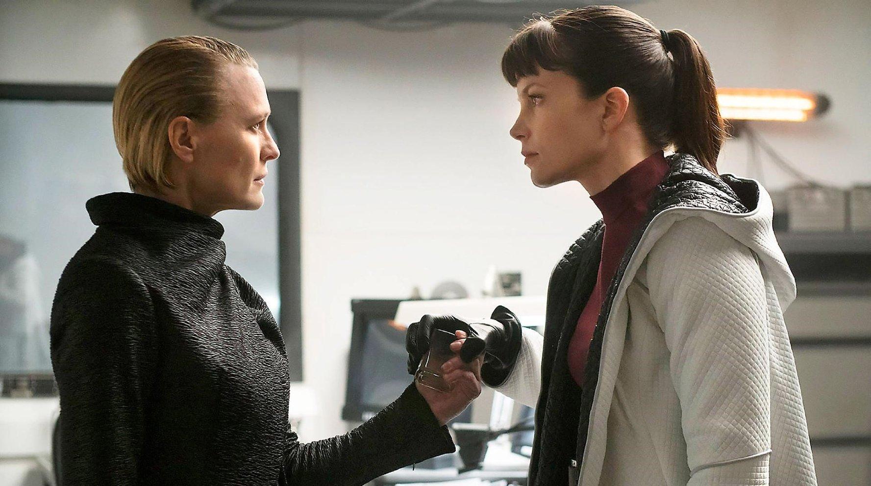 Sylvia Hoeks and robin Wright in Blade Runner 2049